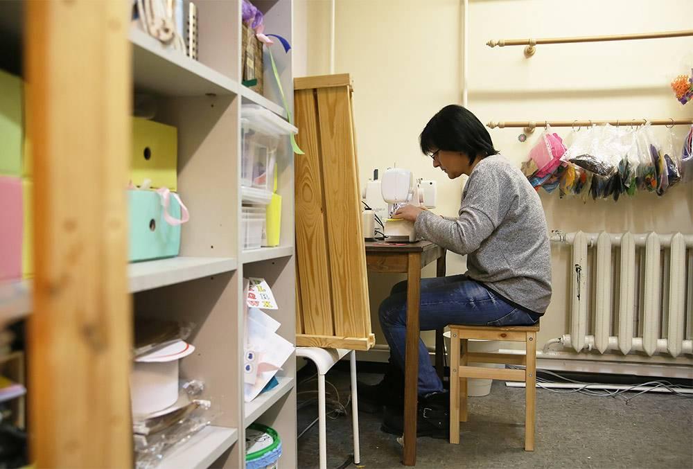 Швеи работают в свободном для себя графике. Главное выполнить норму пошива — сейчас это десять типовых книг в неделю. Работать можно в мастерской и дома
