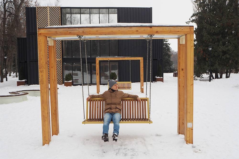 Зимой мы посетили в Липецке Нижний парк после реконструкции: там обновили скамейки и установили деревянные качели. Мы покатались на них и решили, что приедем отдохнуть туда и летом