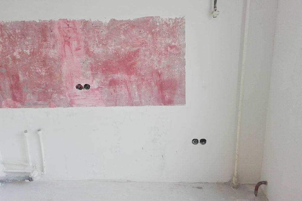 А так — после. Теперь стены можно было оклеивать обоями или красить, а на красную часть с бетоноконтактом — класть плитку