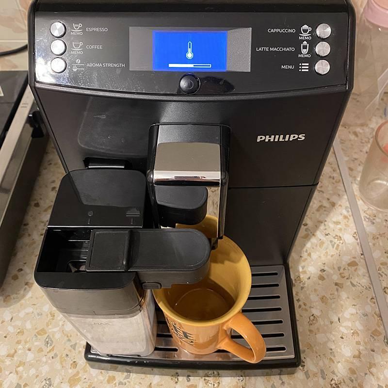 Наша помощница варит прекрасный ароматный кофе