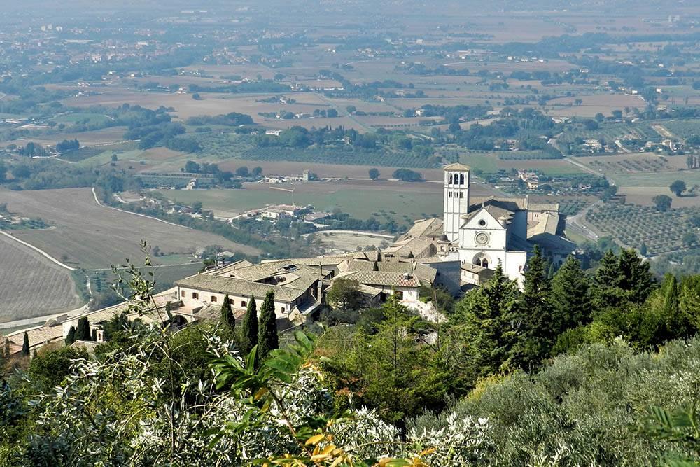 Базилика Сан Франческо в Ассизи. Этот город известен как родина Франциска Ассизского — одного из самых почитаемых в Италии святых