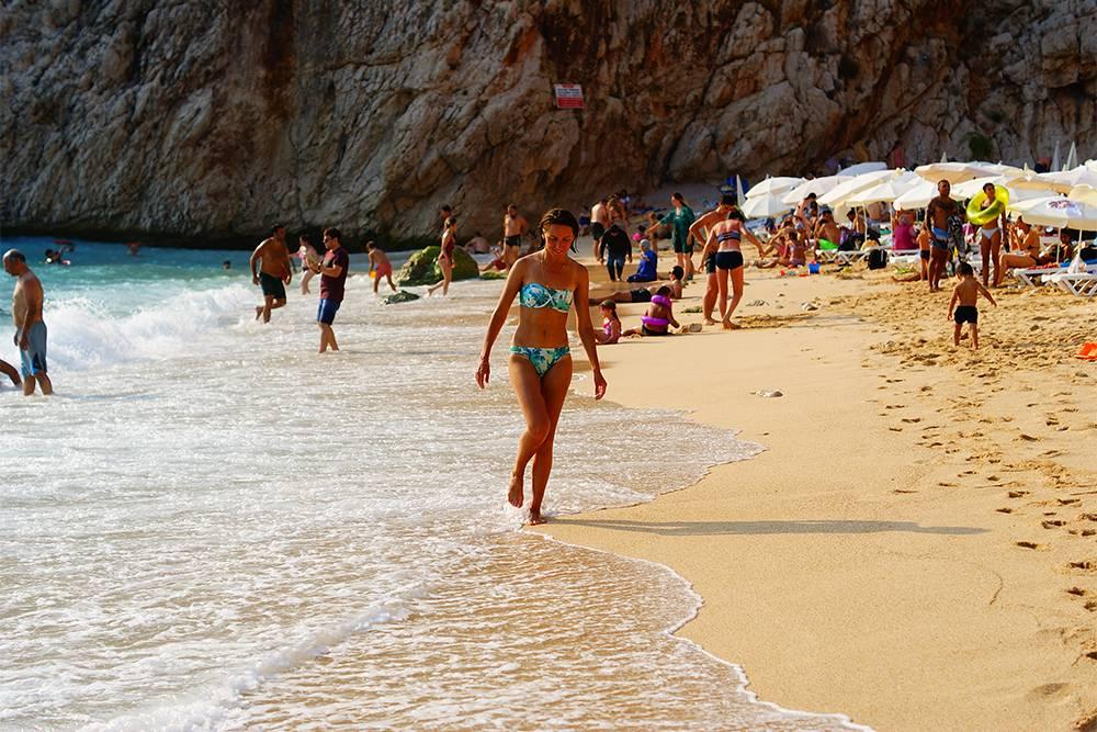 Пляж Капуташ — популярное место у турок. Почти все лежаки были заняты, мы разместились на гальке
