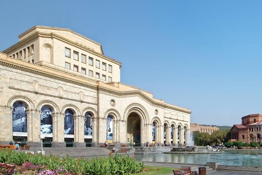 Площадь Республики с поющими фонтанами — главная площадь и одно из самых красивых мест Еревана. Источник: Makalu / Pixabay