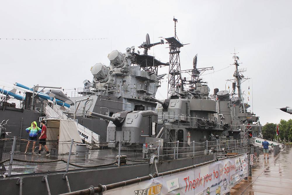 USS Little Rock — такой же символ города, как крейсер «Аврора» для&nbsp;Петербурга. Весной и осенью дети могут почувствовать себя настоящими моряками и провести ночь на&nbsp;борту Little Rock на тех самых койках, где отдыхал экипаж судна. Билет стоит 55$ (около 4015<span class=ruble>Р</span>) с&nbsp;человека, в&nbsp;стоимость включены завтрак, обед и экскурсия