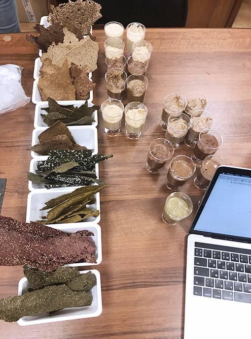 Это прототипы хлебцев из суперфудов. Чтобы выпустить полноценный продукт, специалисты составляют рецепт и техкарту, а потом проводят фокус-группы
