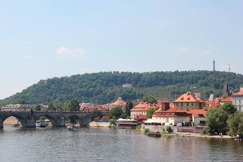 Средневековый Карлов мост — самый знаменитый из множества пражских мостов и один из символов Праги