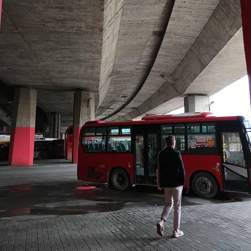 В Скопье развит городской транспорт. Особенно удивляют двухэтажные китайские автобусы, которые пародируют легендарные лондонские даблдекеры