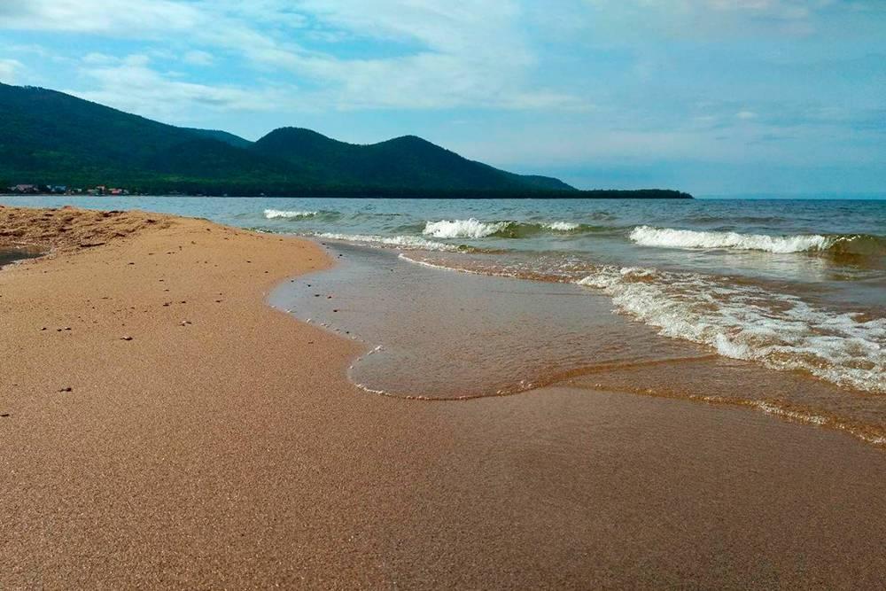 Золотые пески Максимихи. Пляж кажется пустынным. Если бы не домики вдалеке, сложно было бы сказать, что здесь вообще кто-то живет