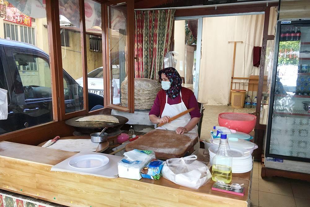 Гёзлеме пекут наспециальной выпуклой сковороде сач