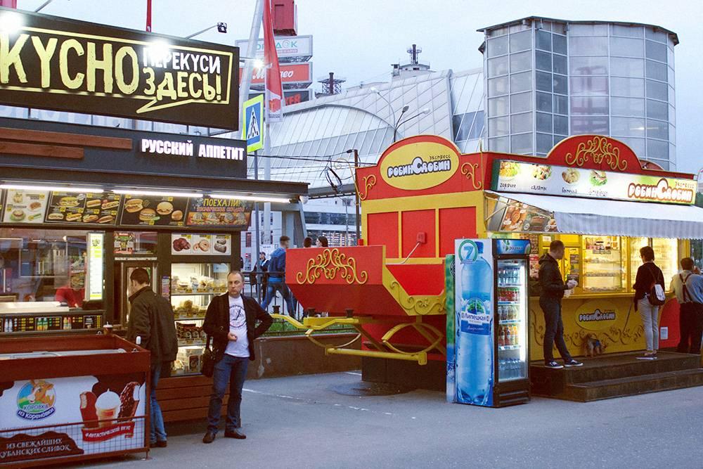 Две главные сети фастфуда в городе — «Русский аппетит» и «Робин Сдобин»: их киоски есть почти на каждой остановке