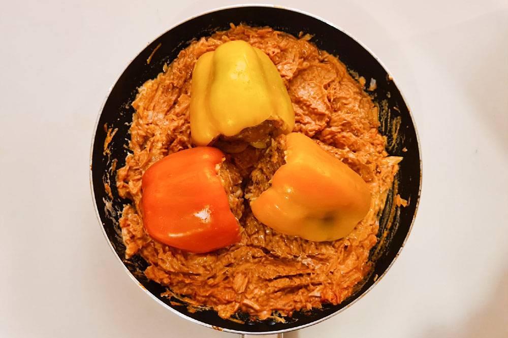 Наши перчики. Вот как сделать такиеже: берем 3—4 болгарских перца, 400г куриного фарша, 200г полуготового отварного риса, 200г сметаны, 150г томатной пасты, 2—3 средние моркови, 1—2 луковицы, соль, перец и растительное масло. Лук мелко нарезаем, морковь натираем на терке. Берем половину лука с морковью и обжариваем на сковородке на подсолнечном масле. Обжаренные овощи смешиваем с фаршем и отварным рисом, добавляем соль и перец, тщательно перемешиваем. Кладем начинку в перцы. На сковороду наливаем немного масла, кладем оставшуюся половину лука и моркови, добавляем сметану и томатную пасту, перемешиваем. Кладем в образовавшуюся массу фаршированные перцы и тушим их на среднем огне 20минут после закипания. Затем переворачиваем и тушим еще 20минут