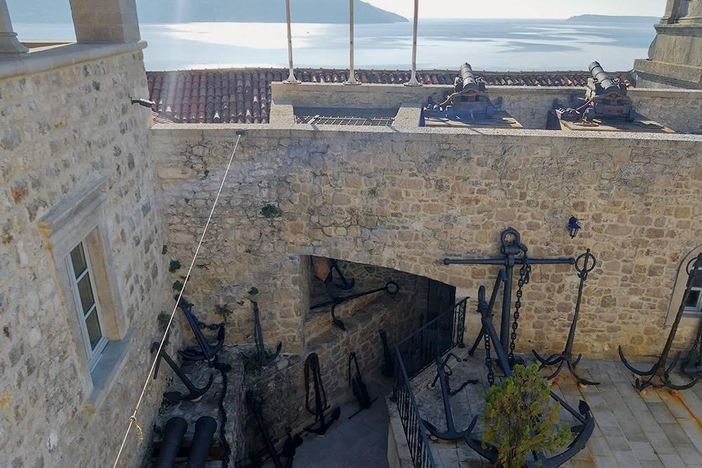 На стенах крепости в Херцег-Нови установлено много пушек, якорей, остатки мачт и другие части старых кораблей