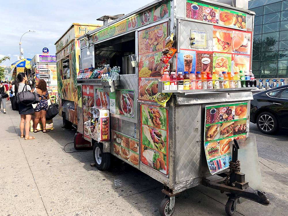 В обеденный перерыв вокруг таких фургонов с едой выстраиваются огромные очереди