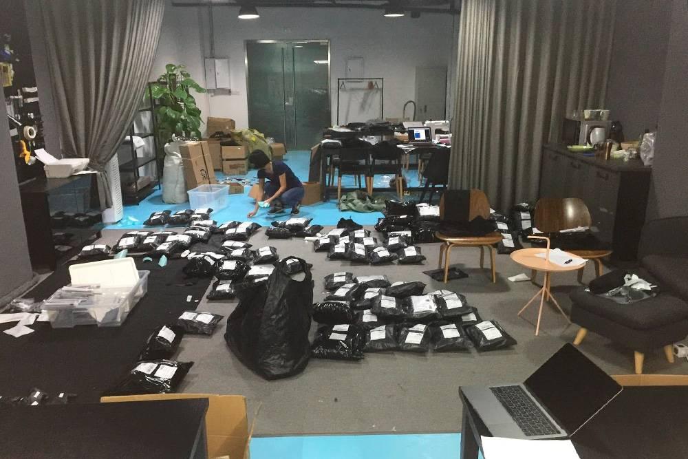 Сортируем товары длязаказчика. Потом эти посылки поедут по всему миру, в томчисле и в Россию