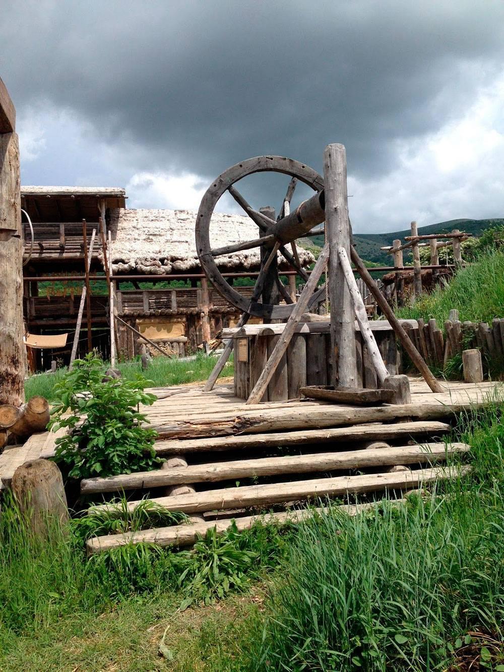 В парке «Викинг» использованы декорации, которые остались после реконструкции поселения эпохи раннего Средневековья длясъемок художественного фильма
