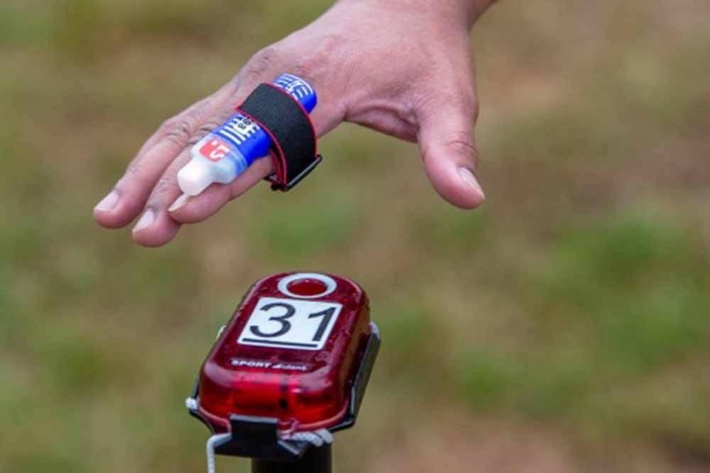 Это чип-ключ и станция дляэлектронной отметки. Такой удобно крепить или на запястье, или сразу на палец. На КП он «втыкается» в гнездо на станции. Источник: sportidentsiberia.ru