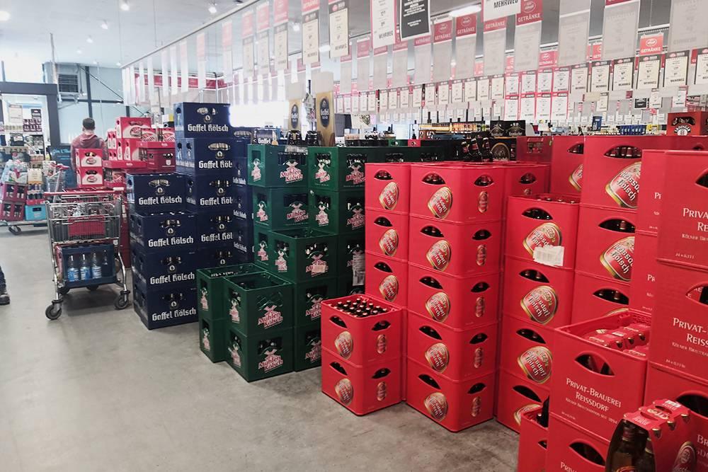 В супермаркете «Реве» бутылка кёльша стоит 0,6—0,9€ (51—77<span class=ruble>Р</span>), а ящик из 20 бутылок — 12—13€ (1032—1118<span class=ruble>Р</span>)