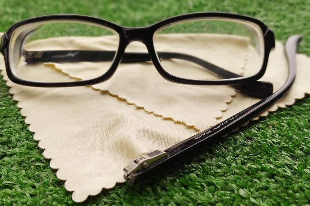 Минус одни очки с диоптриями — сломалась оправа. Запаса линз уже нет, ношу последнюю пару из пачки