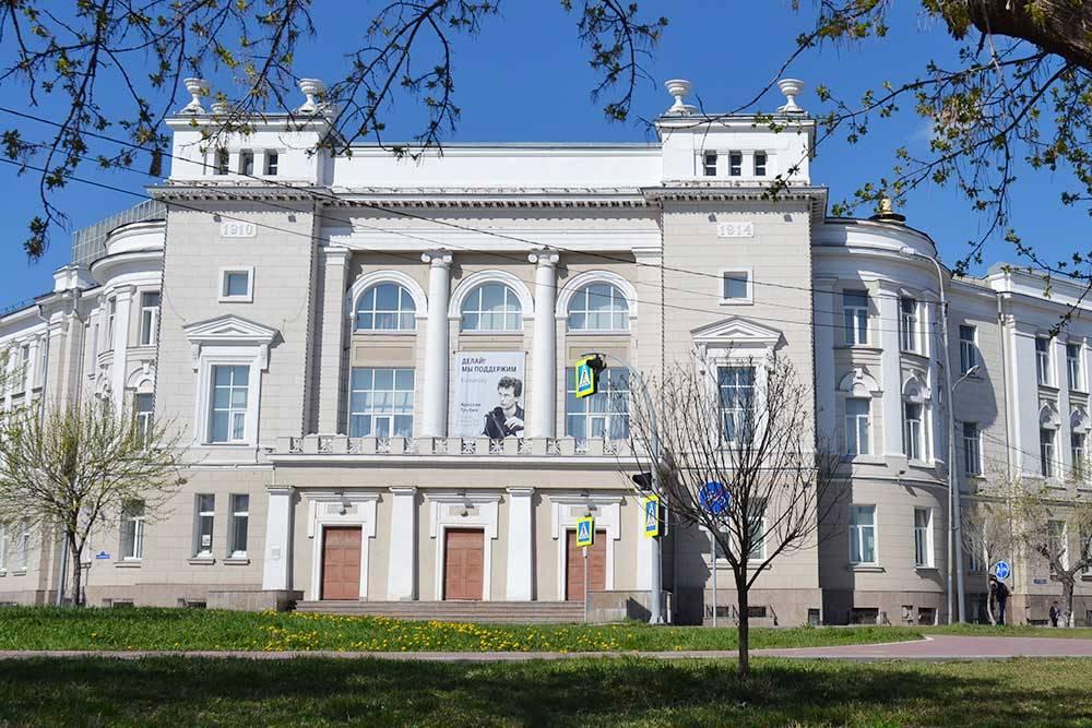 Здание коммерческого училища, построенное в 1914году на средства меценатов Колокольниковых. Теперь это один из корпусов ТИУ, здесь учатся будущие строители