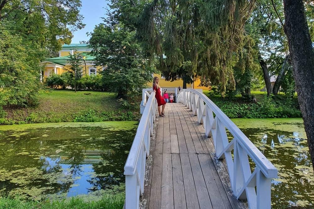 Горбатый мостик через верхний пруд — популярное место дляфотосессий. Позади меня находится господский дом
