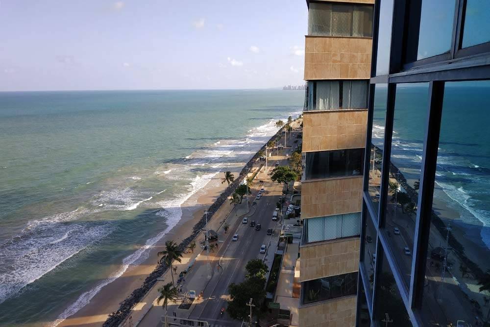 В районе пляжа Боа-Виажем много недорогих четырех- ипятизвездочных отелей спрекрасным видом наокеан. Это фото ясделала изокна своего номера