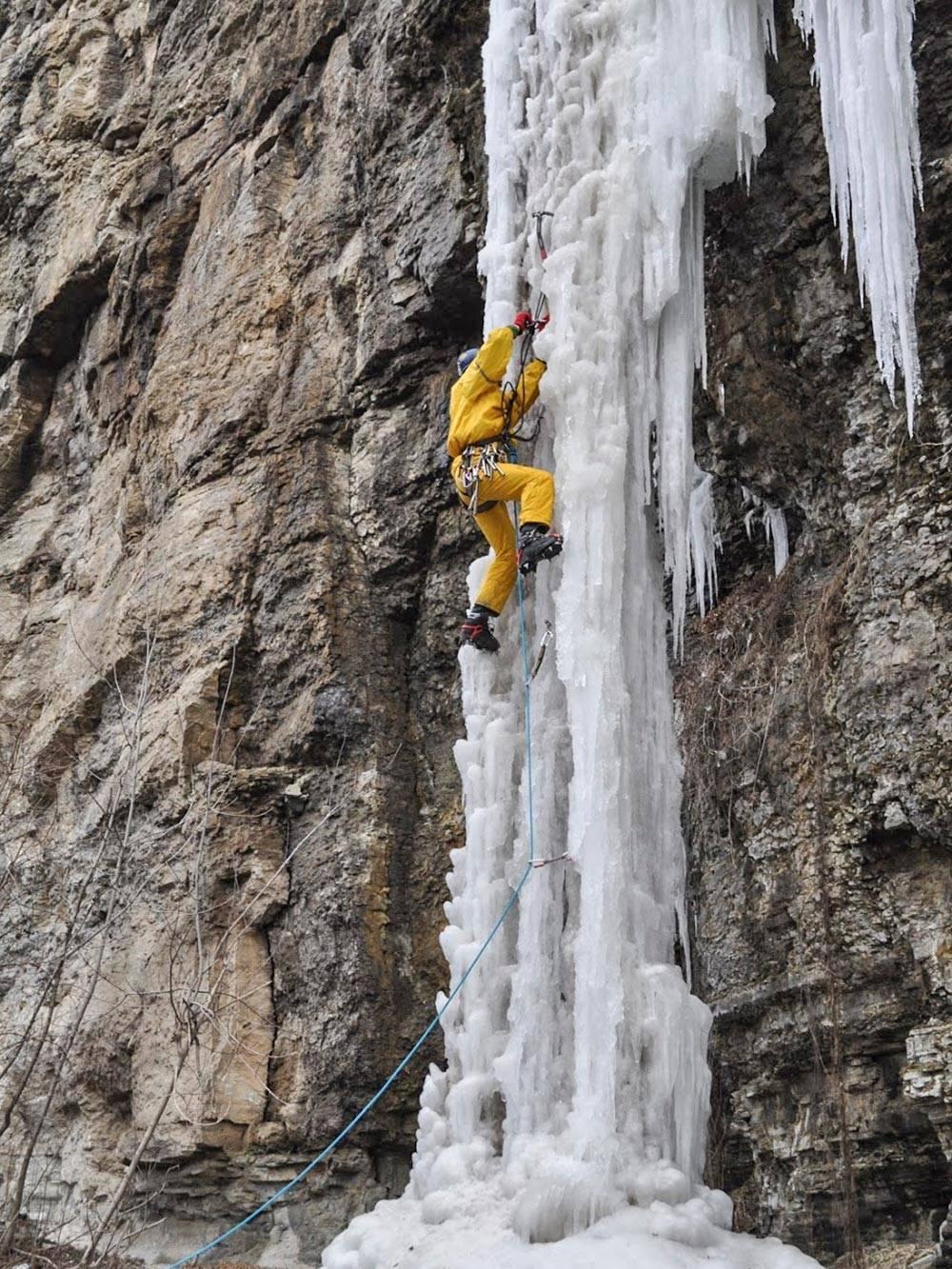 Ледолазный выезд турклуба на замерзшие водопады Каменца-Подольского. Здесь учились работать с ледовым снаряжением: ледобурами, фифами, оттяжками, кошками и прочим