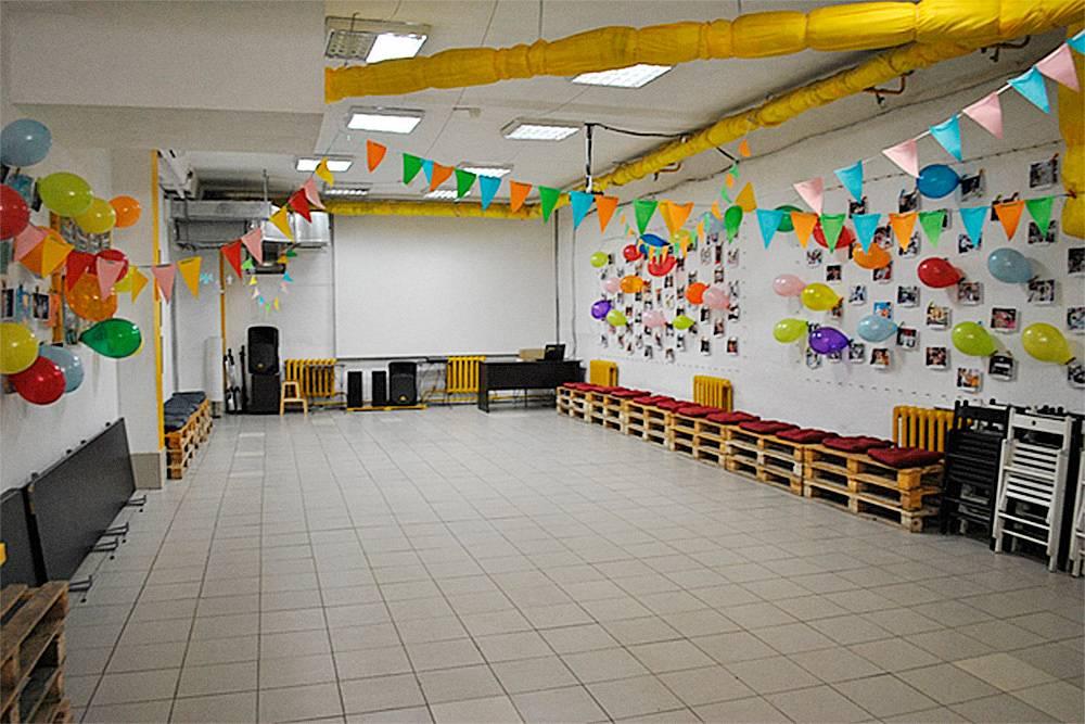 Желтый зал — самый первый и самый большой в мастерской, он вмещает 150человек. В первый год здесь проходили все занятия, кроме выездных