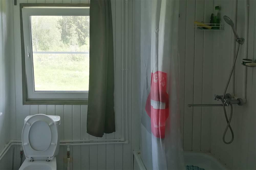 А вот так выглядит санузел сейчас. Наконец-то у нас есть унитаз и душевая, и баню теперь можно топить только по особым дням