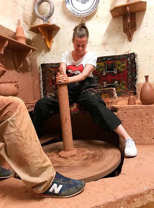 Моя подруга Жанна пытается сделать глиняную вазу