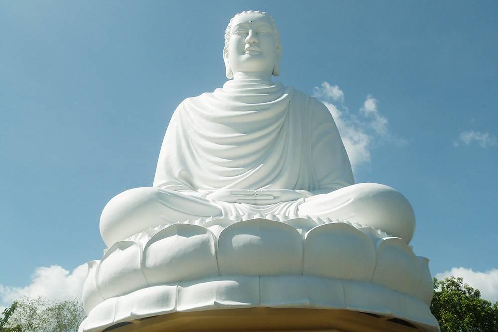 24-метровая статуя Будды, сидящего на лотосе, на пагоде Лонг Шон