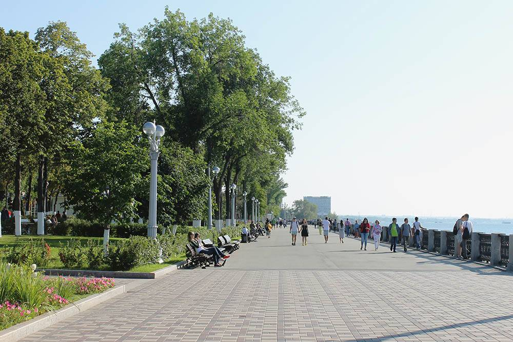 Летом на набережной гуляют, катаются на роликах и велосипедах, сидят в кафешках