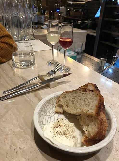 Хлеб в «Артеле» пекут самостоятельно, а масло похоже на сметану