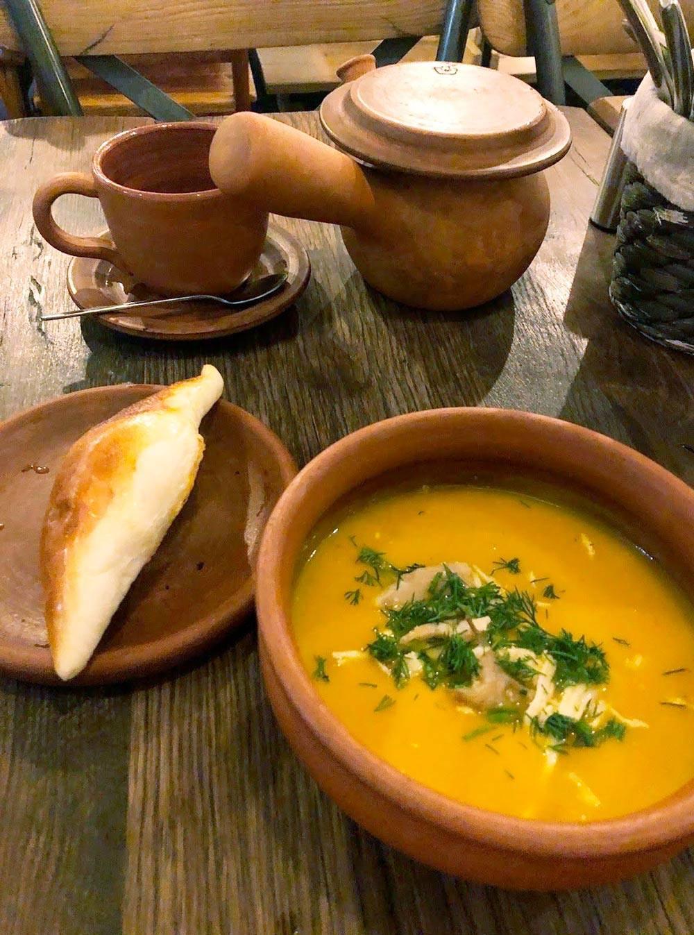 К супу в этом кафе всегда приносят свежий хлеб