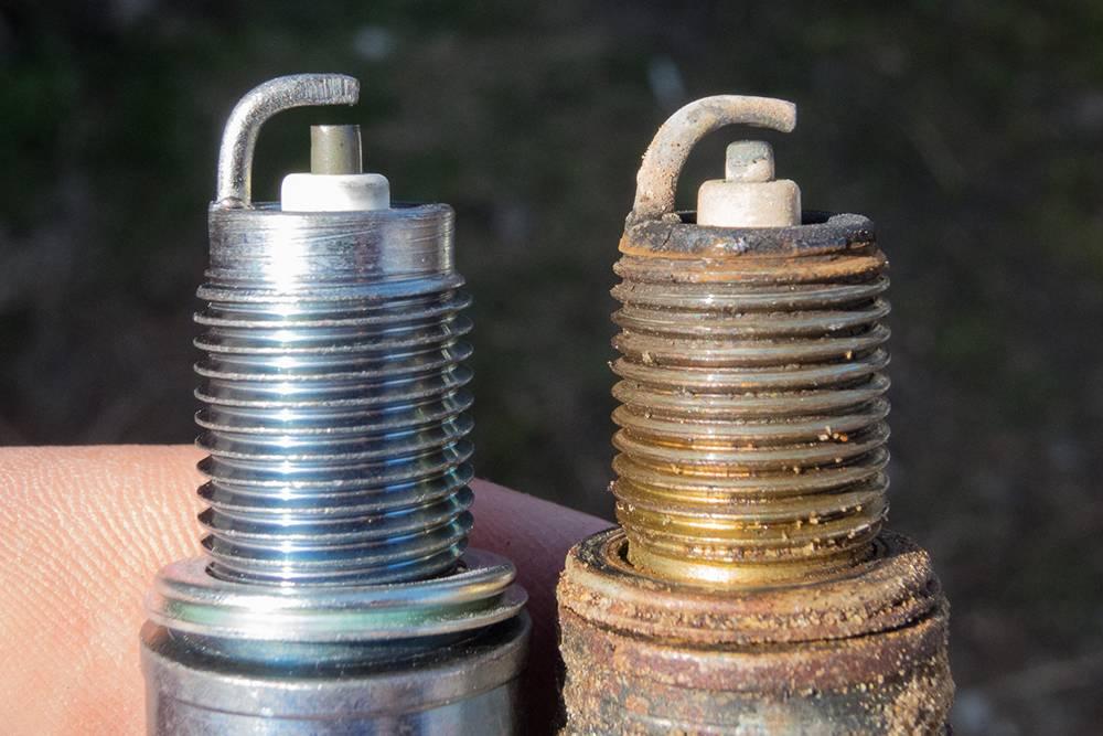 Слева — новая свеча. На электродах другой свечи тонкий слой желтоватого налета, и это нормально