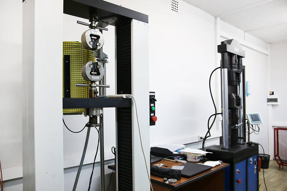 Прибор для измерения предела прочности материала на разрыв
