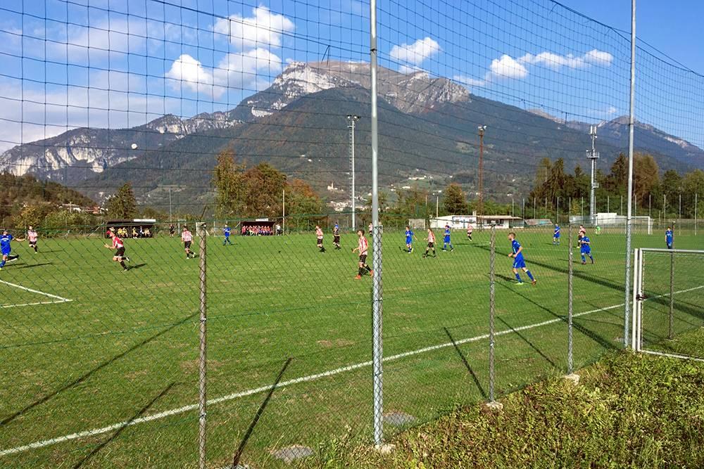 Футбольный стадион и гора Валлацца, на нем изредка играет местная команда Ламона