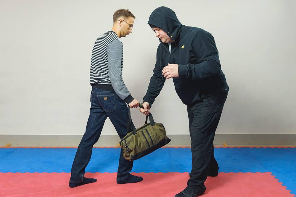 Преступник не собирается меня бить. Он хватает сумку и хочет убежать