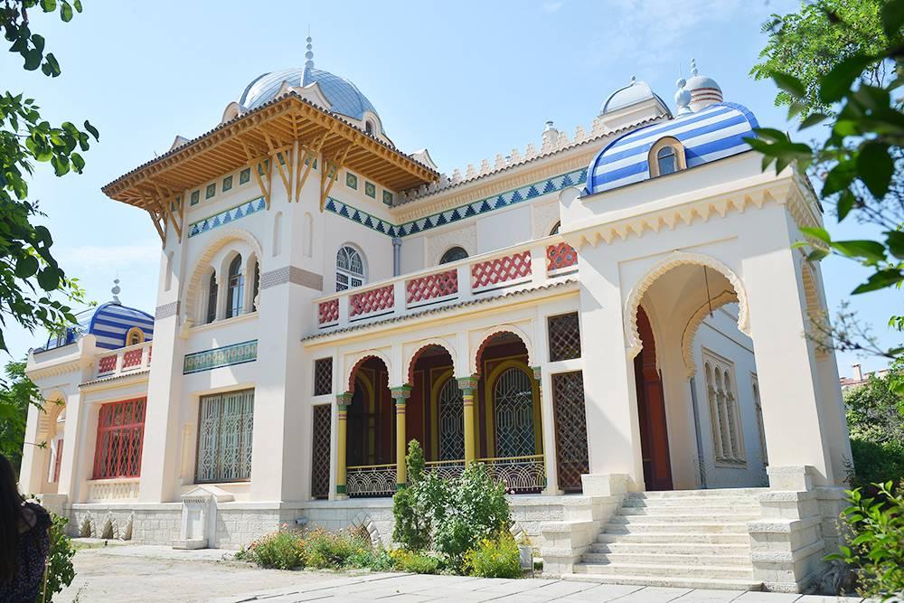 Иосиф Стамболи прожил здесь всего три года. После революции особняк был штабом чекистов, санаторием, клиникой, госпиталем и даже рестораном
