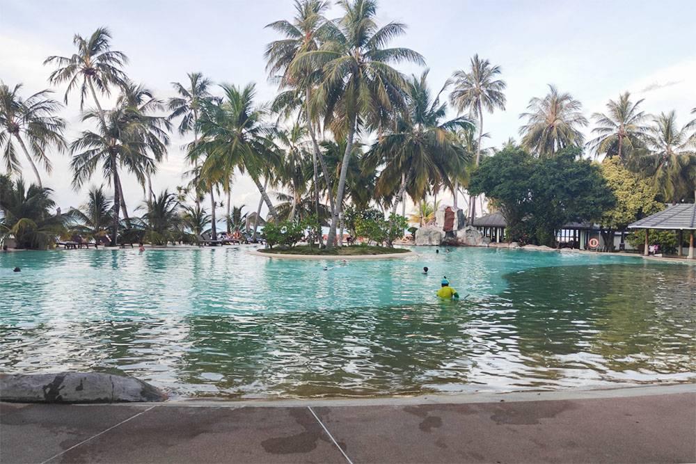 В моем отеле большой бассейн расположен в 10 метрах от океана, это очень удобно