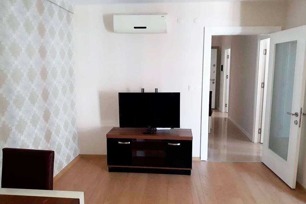Мебели минимум, но есть телевизор и кондиционер