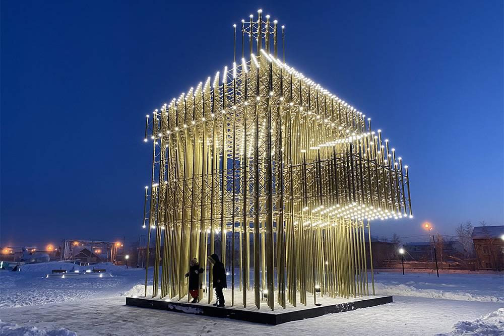 На выезде из аэропорта стоит башня Дыгына — это арт-объект, который повторяет форму самого древнего утраченного здания в Якутске