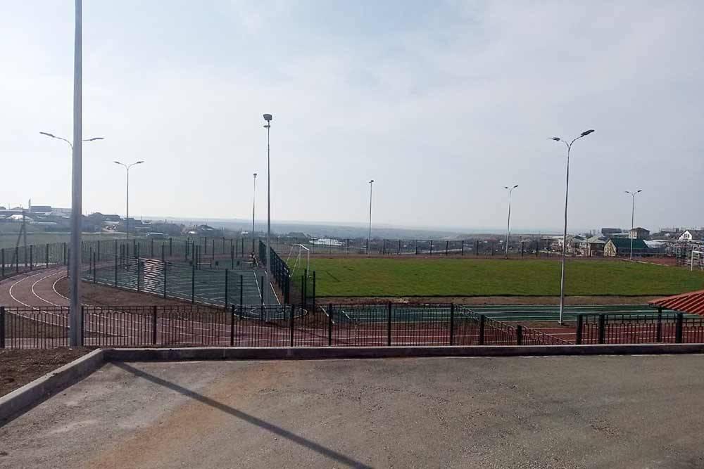 Стадион возле новой школы в Маловидном