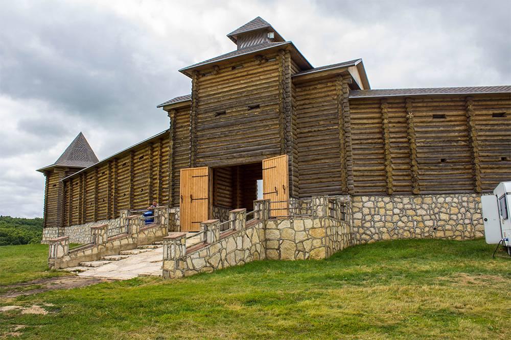 Город мастеров находится в этой деревянной крепости, вход стоит 300<span class=ruble>Р</span>. В теплое время года здесь трудятся над&nbsp;своими шедеврами кузнецы, мыловары, портные и другие ремесленники, а зимой на территории крепости открывается резиденция Деда Мороза