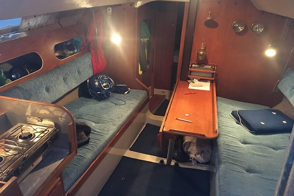 В каюте — диваны для отдыха, стол и кухонный уголок. Освещение достаточное, но не такое сильное, как дома