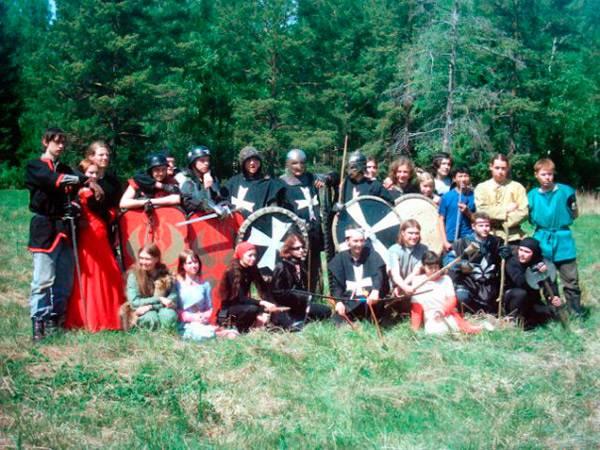 Игра 2005года по фильму «Храброе сердце». На фото я вторая слева в красном платье. Источник: Надежда Милитари