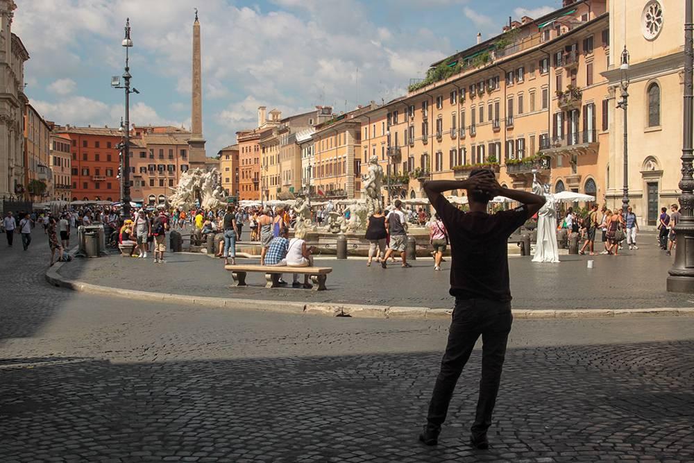 Площадь Навона. Итальянец наблюдает за туристами