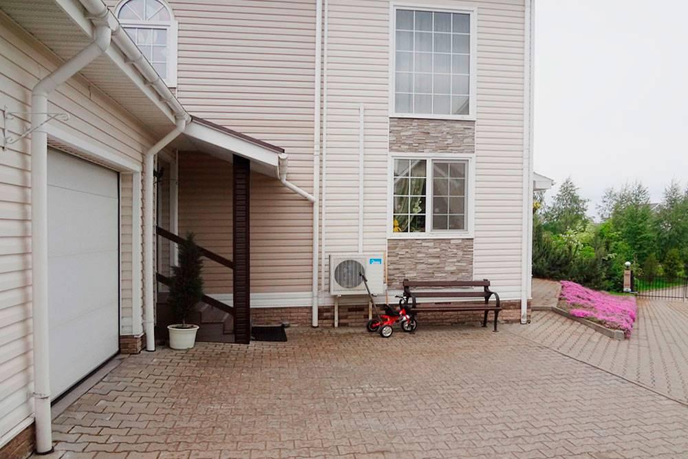 Вокруг дома все выложено плиткой — так в дом попадает меньше грязи. Водостоки с крыши выведены в дренажную трубу — когда идет дождь, по участку не течет вода
