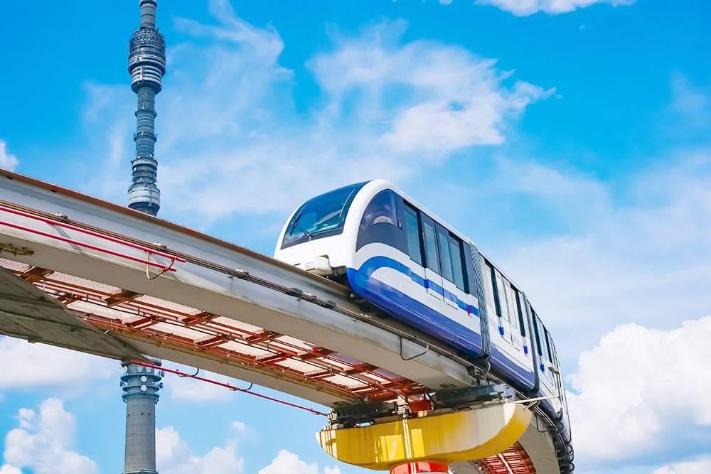 Пути длямонорельса установлены надземлей. А в каждом поезде всего шесть вагончиков. Источник: PhotoRoman / Shutterstock
