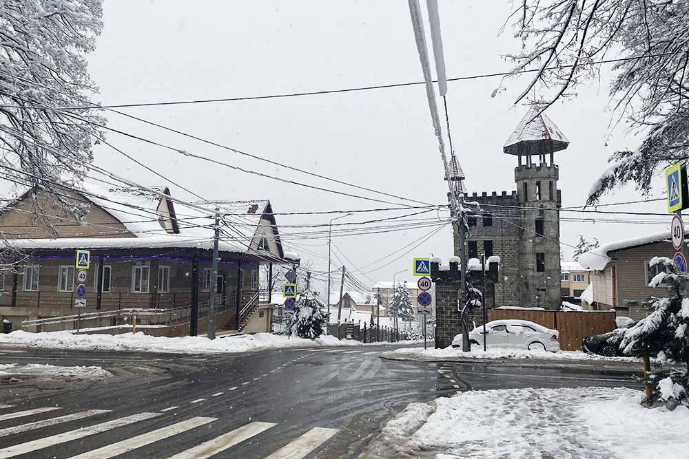 Замок справа — один из местных недостроев: безокон он стоит уже много лет