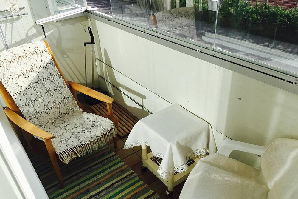 Балкон находился на солнечной стороне — там было приятно отдыхать. С балкона было видно футбольный стадион, где иногда играла местная деревенская команда